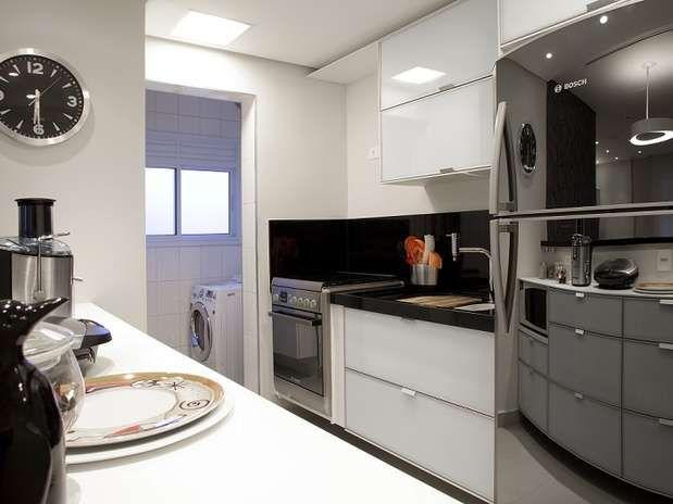 Na cozinha, as paredes e os m�veis s�o claros. O fog�o � embutido. Cores claras s�o �timas op��es para espa�os pequenos. O projeto � da designer de interiores Marisa Garcia. Telefone: (0xx11) 4368-3894  Foto: Divulga��o