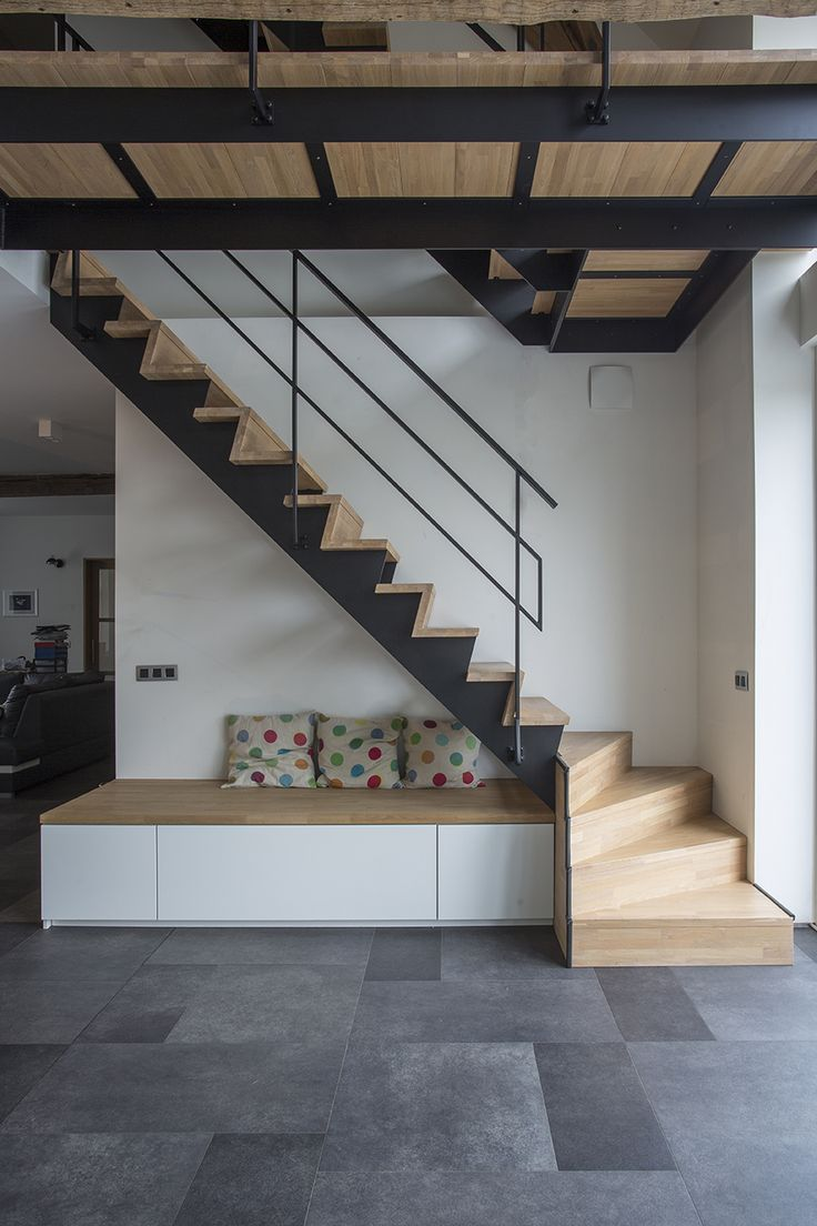 Trap met metalen leuning en houten Z-treden