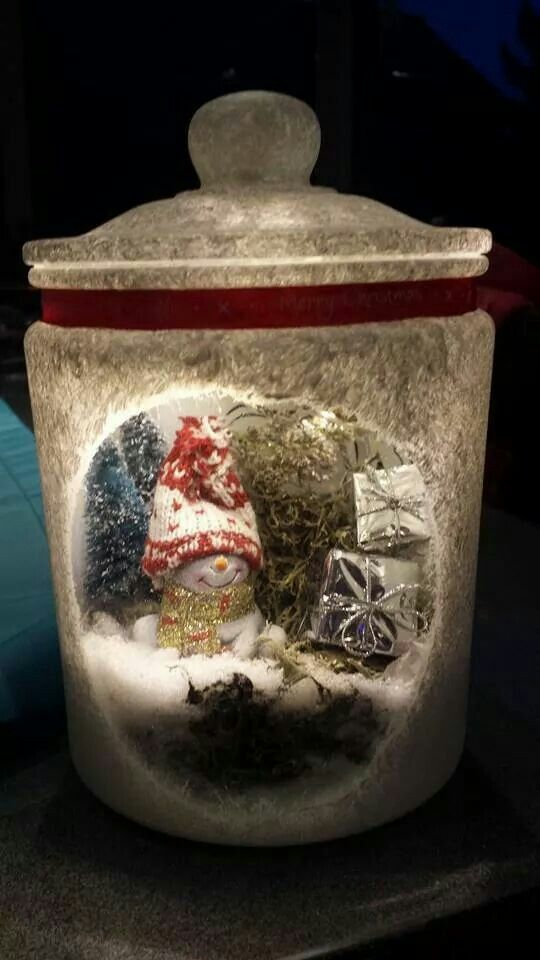 idee van Sylvia Hemme  - wekpot - muurvuller  - gesso - kerst decoratie wat in potje past - kwast - kunstsneeuw - lint - 20 led kerstverlichting op batterij  -  hartje van papier en op glas geplakt  - gehele pot deppen met gesso,  -  muurvuller op de bodem - kerst decoratie op muurvuller zetten,  kunstsneeuw erover  - kerst verlichting met tape aan de onderkant vd deksel  - Lint erom heen, en klaar is kees