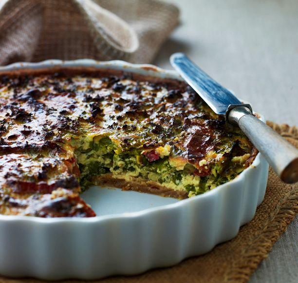 Lækker grønkålstærte med bacon. Få opskriften her: http://www.madogbolig.dk/Opskrifter/GRONT%20og%20TILBEHOR/Laekker%20groenkaalstaerte%20med%20bacon.aspx