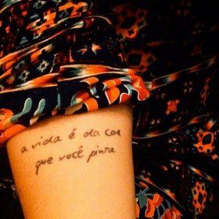 Foto-inspiração de frases para tatuar ♥Às vezes, músicas, filmes e livros tornam-se tão importantes que dá vontade de guardar pra vida inteira...