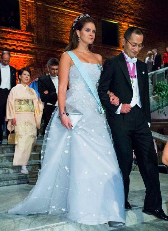 Prinsessan Madeleine, Nobel 2012.  Prinsessan återanvänder klänningen som hon bar kvällen före Victorias och Daniels bröllop 2010. I håret sitter Ametistdiademet med tillhörande armband och örhängen.