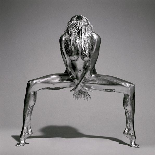 Guido Argentiniest un photographe italien spécialisé dans la photographie de mode et de beauté. Il est régulièrement publié dans des magasines tels que Marie Claire, Vogue et Playboy.Son attirance pour la beauté des corps féminin se matérialise par sa série photo «Silver».Ayant eu recourt à la peinture corporelle, Guido Argentini ...