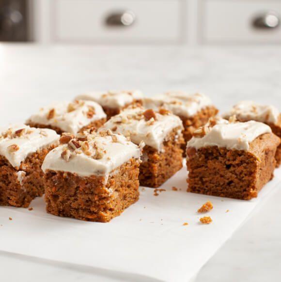 Receta vegana de esta deliciosa tarta de zanahoria, o carrot cake, con glaseado de  nueces de macadamia.
