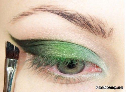 link to US translation: http://translate.google.com/translate?hl=en&sl=pt&u=http://mais1001noites.blogspot.com/2013/01/maquiagem-sombra-com-nuances-verdes.html&prev=search