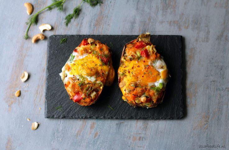 Gevulde zoete aardappel uit de oven met ei en dille