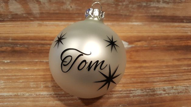 Wunderschöne Weihnachtskugeln Name Stern Bitte bei der Bestellung den Wunschnamen mitteilen. Durchmesser: 80mm Farbe: weiß matt Aufdruck: Wunschname inkl. Sterne 3x groß + 3x...
