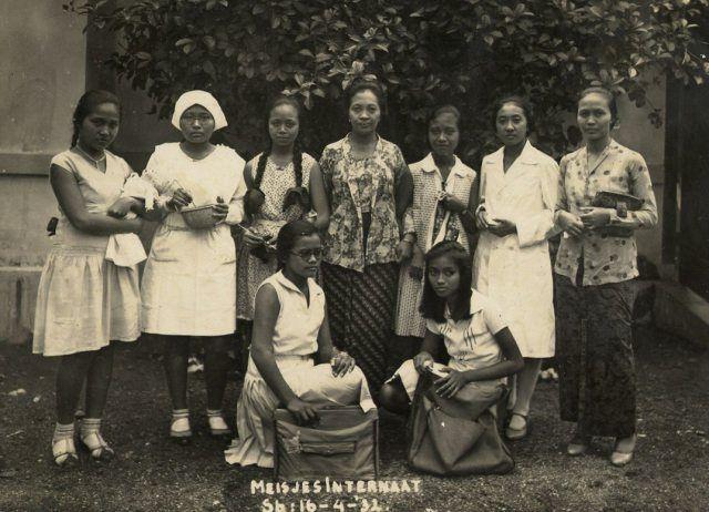 De directrice, mevrouw Mangoenkoesoemo, met de acht meisjes van het internaat. April 1932.