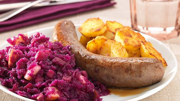 Red cabbage with apples, sausage and boiled potatoes