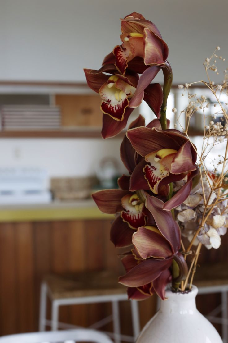 #homestaging by #placesandgraces #flowers #flowerarrangment #driedflowers #retro #kitchen #orchids