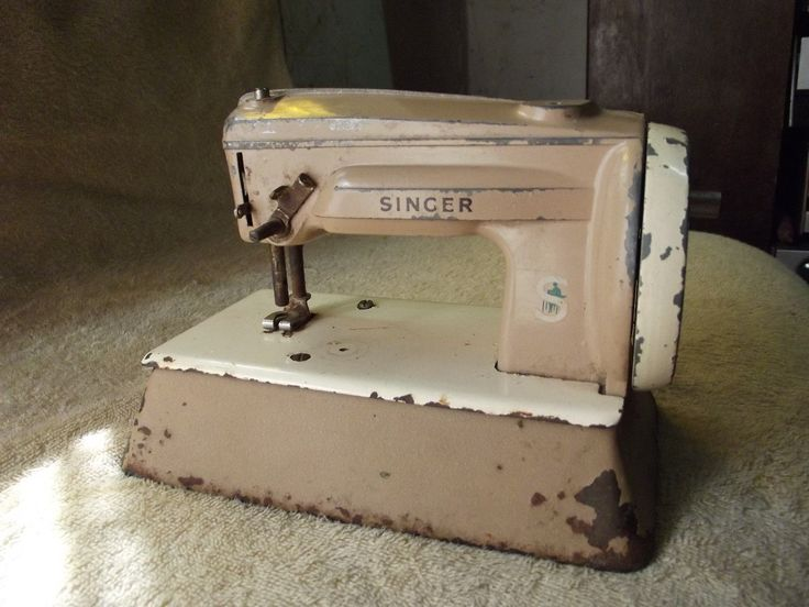 Antigua máquina de coser singer hecha en Alemania