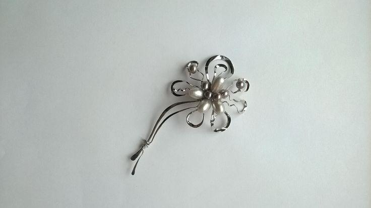 """Brož+B4P+""""Rozkvetlá+perlami""""+Autorský+šperk.+Originál,+který+existuje+pouze+vjednom+jediném+exempláři+z+romantické+edice+variací+na+květy.+Vyniká+kouzelným+prostorovým+tvarem+a+něžnou+elegancí.+Brož+je+vyrobena+ručně.+Tepaná,+ohýbaná,+tvarovaná+z+chirurgických+drátů+zdobená+sladkovodními+pravými+perlami.+Pečlivě+natvarovaný+květ+je+ve+svém+středu,+v+ohybech..."""