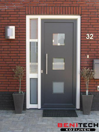 Een antraciete kunststof voordeur geplaatst door Benitech Kozijnen, zoek voor meer tips en ontwerpen op https://nl.pinterest.com/benitechk/