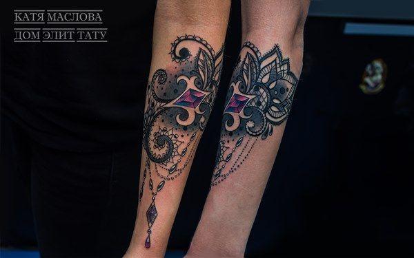 Женская татуировка кружево на предплечье