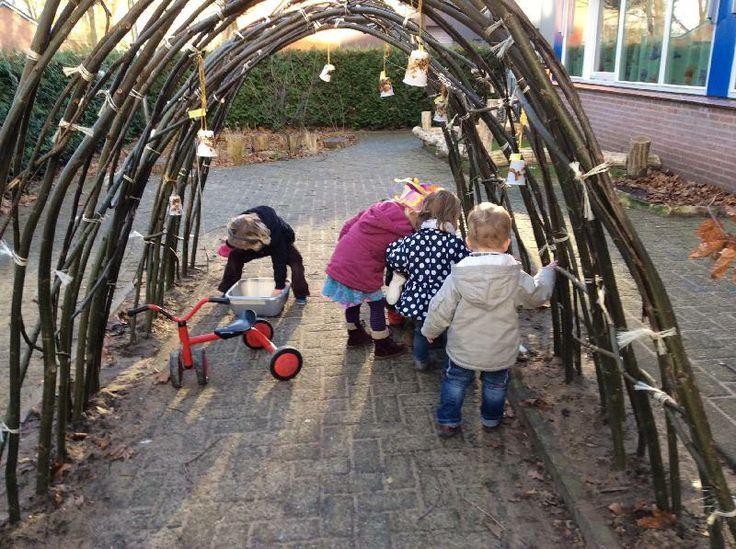 De kinderen van SKA-kinderen voeren de vogels deze winter bij met zelfgemaakte voederhuisjes.