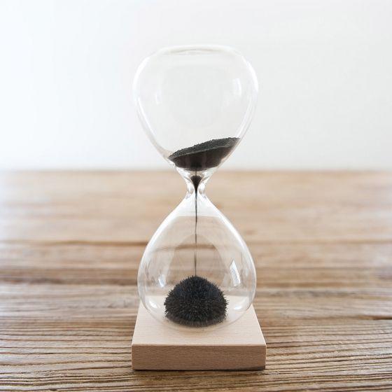 Un sablier magnétique qui crée des sculptures éphémères devant vos yeux, le socle aimanté jouant avec les petits grains de sable en fer. Hypnotique. Durée : 1 minute