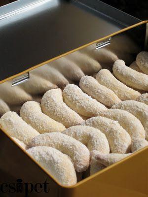 egycsipet: Mandulás (diós, mogyorós...) minikiflik -  Hozzávalók (a fent leírt méretben kb. 75-80 darabhoz): 20 dkg finomliszt, 10 dkg édesmandula/dió/mogyoró, 10 dkg vaj/margarin, 7 dkg porcukor, késhegynyi sütőpor, egy egész tojás, továbbá ízlés szerint vaníliás porcukor vagy csokoládé a díszítéshez.