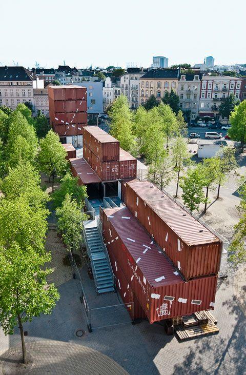 Legoland lässt grüßen: Das NRW-Forum in Düsseldorf zeigt eine Ausstellung über Container, die verdeutlicht, wie groß die Begeisterung für solche Transportkisten derzeit in der Architekturszene ist, aber auch, wie gründlich die schöne neue Welt standardisierten Bauens Individualität und örtliche Gegebenheiten ignoriert.