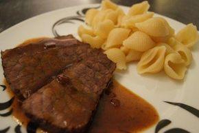 Das perfekte Rinderbraten mit Rotweinjus-Rezept mit Bild und einfacher Schritt-für-Schritt-Anleitung: Das Fleisch parieren und in etwas Olivenöl von allen…