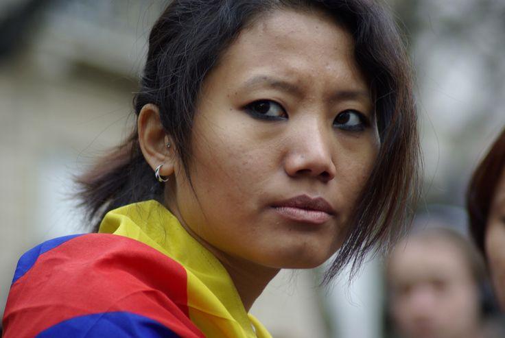 © Nathanaël Charbonnier. France. 18 mars 2008. A Paris, devant l'ambassade de Chine, des Tibétains protestent contre la répression au Tibet avant la tenue des Jeux olympiques à Pékin. Après avoir laissé entendre qu'il pourrait boycotter la cérémonie d'ouverture, Nicolas Sarkozy y assistera en août.