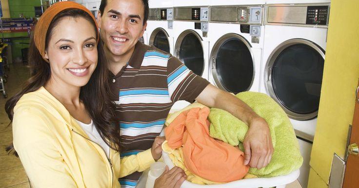 Como usar água oxigenada para remover manchas de roupas. O peróxido de hidrogênio (água oxigenada) é uma solução química usada como desinfetante e alvejante. A água oxigenada comum é vendida em uma concentração de 3% (10 volumes) na maioria das farmácias. Você pode encontrar as concentrações de 20% em lojas de ferragens. Para a maioria das manchas de lavanderia, a água oxigenada a 10 volumes é ...