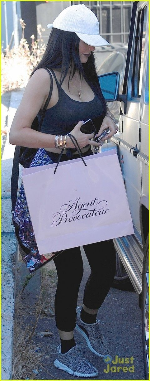 Kylie Jenner Shows Her Excitement for Father's Day! | kendall kylie jenner go lingerie shopping together 03 - Photo - Kylie Jenner Style