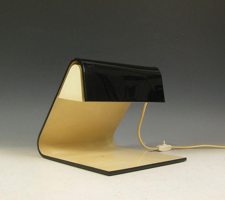 Akryl bordlampe fra 1960/70'erne, italiensk design fra Stilnovo. Konstruktion af sort akryl, hvidlakeret inderside, udstyret med to lyskilder. Betegnet med klistermærke. Mål: B. 25,5cm, H. 24cm, D. 27cm. Fremstår med aldersrelaterede brugsspor, den hvide lakering er noget gulnet og fremstår med skrammer.