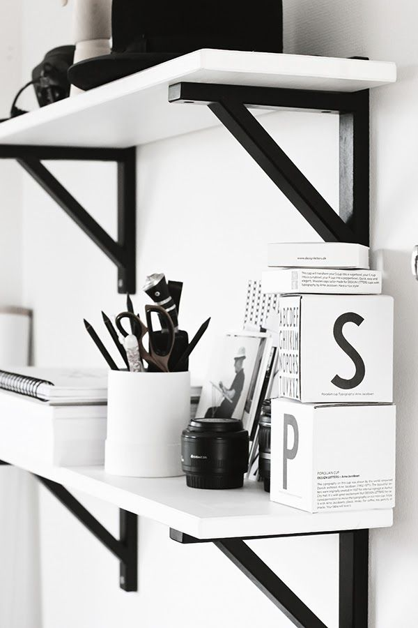 Hyllorna som ska vara ovanför skrivbordet! Vita hyllplan och svarta konsoler (från IKEA) alt. måla i koppar/roseguld?