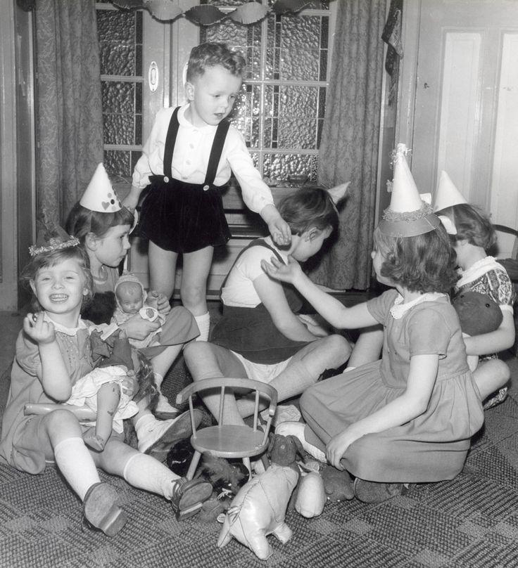 Een verjaardagsfeestje waarop de meisjes met poppen spelen, Nederland, eind jaren '50.