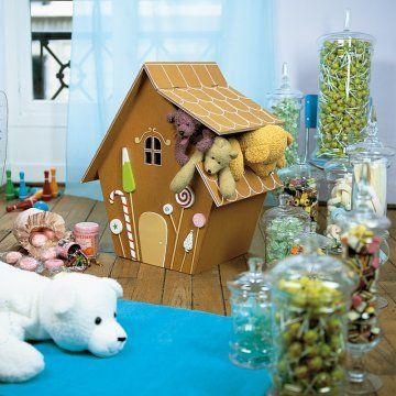 coffre à jouet en bois en forme de maison en pain d'épices décorée de bonbons