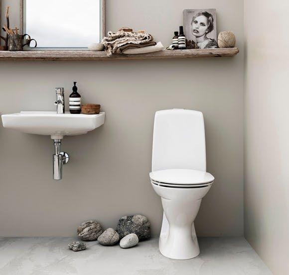naturlig stemning på badeværelset med ifö Spira toilet og håndvask