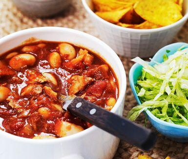 Enkel chiligryta på pulled pork med bönor är en snabbvariant av långkoket men minst lika god. Lök fräses med olja i en gryta där kött, BBQ-sås och buljong tillsätts för att få till såsen. Därefter adderas ytterligare ingredienser samt kryddor och rätten kokas färdigt. Servera med chips, ris och gräddfil.
