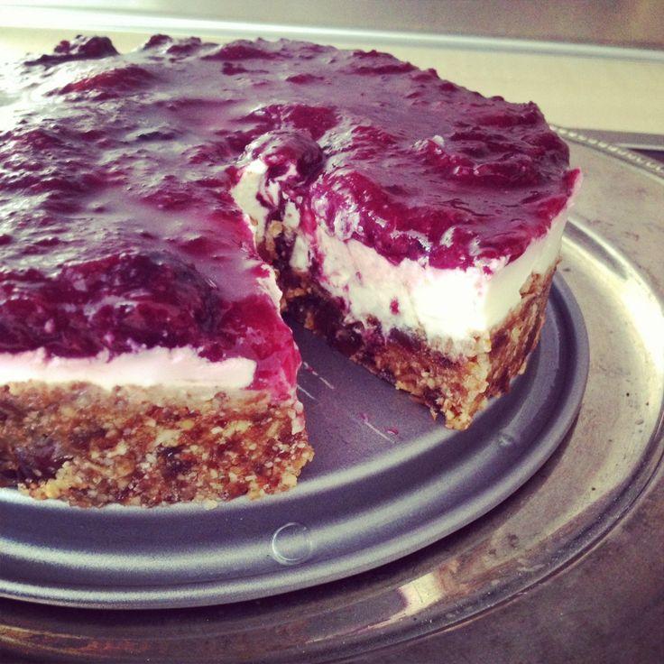 """Een gezonde taart? Bestaat dat echt? Altijd op zoek naar lekkere recepten kwam Rose dit recept tegen. Het is van Sanne en razend populair, misschien door de ingrediënten en het bereidingsgemak. Probeer het eens uit. """"Wie heeft er nog een kookboek nodig als je al je lekkere recepten online kan vinden?"""" dat vroeg ik me …"""