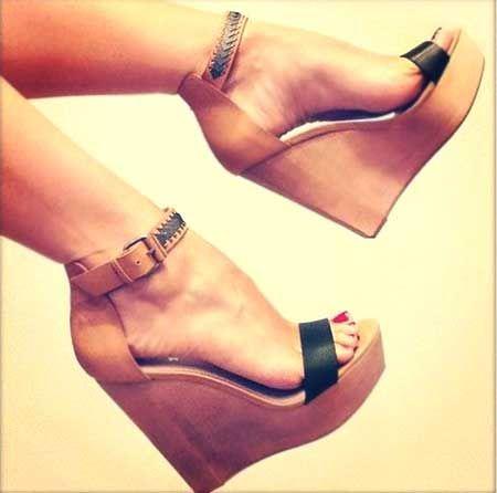 Ahşap, dolgu topuklu sandalet modelleri doğal bir görünüm için ideal...