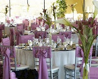 Love the large bows on this purple table scene #purple #lilac #wedding