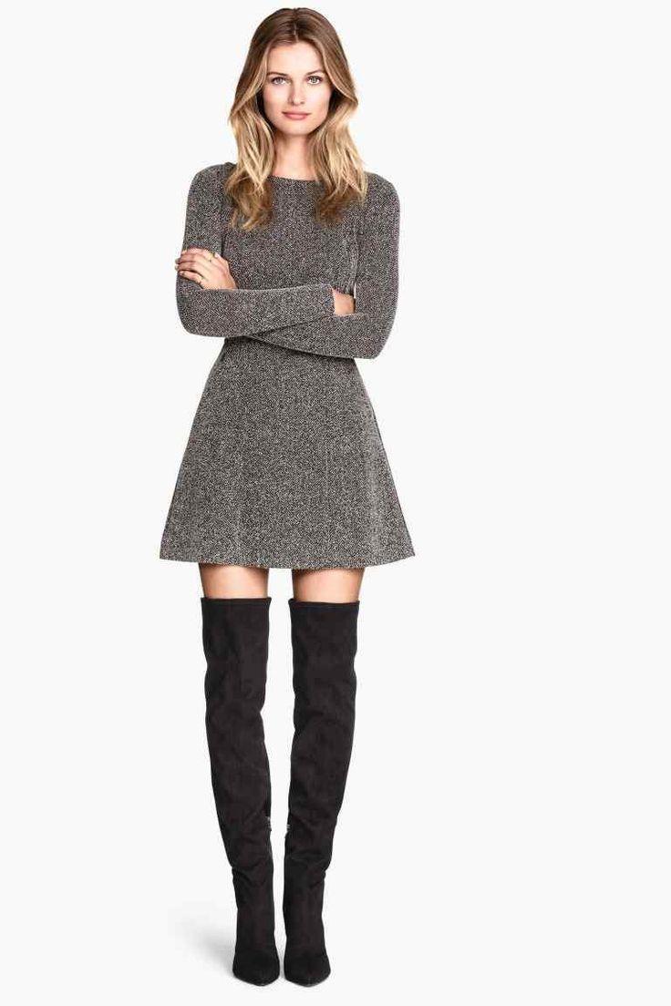 Vestido de lanilla, con corte de falda A y botas leggins.: