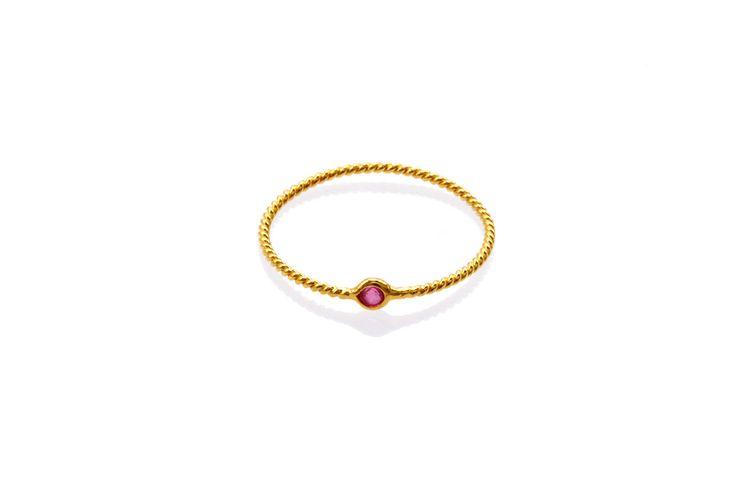 Composizione: anello realizzato con un filo di oro a 18 carati a sezione tonda con piccolo punto luce in rubino