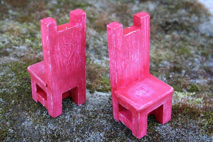 Chaises miniatures pour décoration ou serre-livres - Bois et peinture acrylique carmin : Accessoires de maison par boisdesoluthe