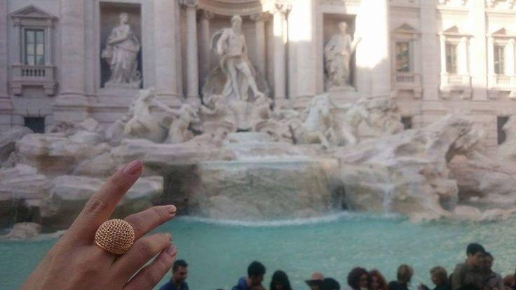Η φίλη μας Κωνσταντίνα βρίσκεται στη Ρώμη και μας στέλνει την αγάπη της από την περίφημη Fontana di Trevi.