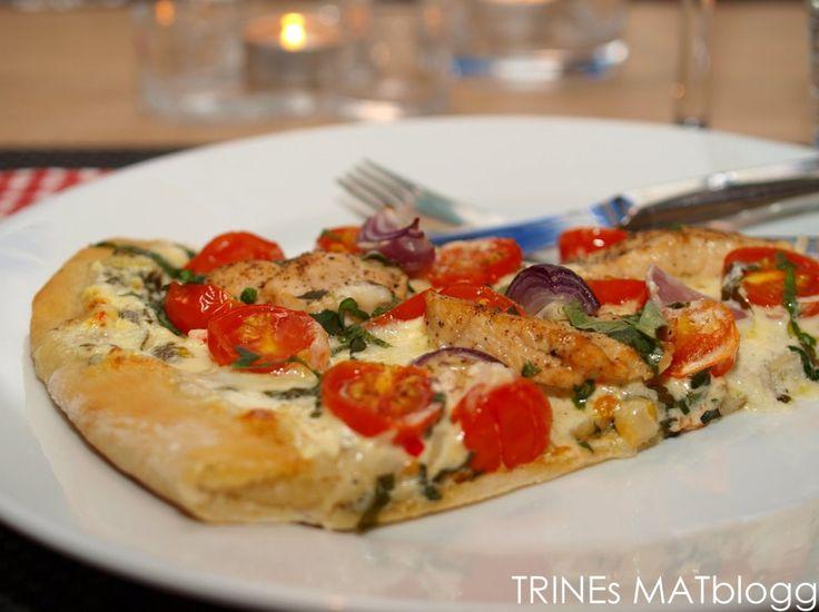 » Hvit pizza med kylling, cherrytomater, mozzarella og basilikum