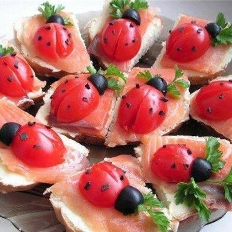 Pour faire ces coccinelles, il vous suffit d'avoir : - du pain de mie - des tomates cerises - des olives noires - du saumon fumé - du persil Un peu d'imagination et hop, le tour est joué ! voilà un amuse gueule pour l'apéro tout mignon !