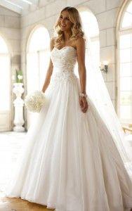 Biele svadobné šaty so srdiečkovým výstrihom, zdobeným korzetom a áčkovou sukňou s vlečkou