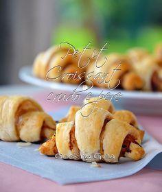 Croissant crudo e pere | ricetta aperitivo | pasta sfoglia |