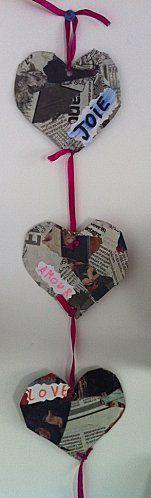 Bricolage simple. Commencer avec un cœur en carton ou papier rigide puis coller dessus du journal avec de la colle blanche. Ajouter de la corde pour finir la guirlande.