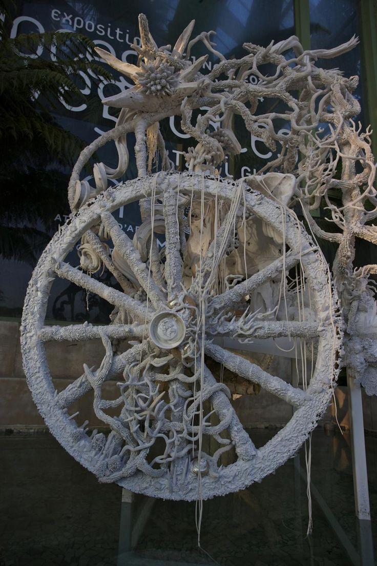 Vestige, la calèche est le point de départ du voyage. Dévorée par la végétation et les coquillages siliconés, elle semble avoir été abandonnée dans les profondeurs d'un océan ou d'une jungle (détail)