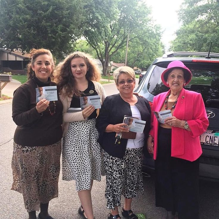 Four generations faithfully sharing in the regional convention invite campaign in Derby Kansas USA. Photo shared by @kimmikay_g
