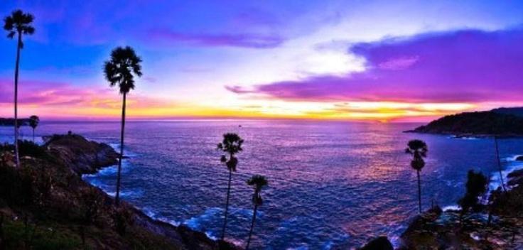 """¡Queremos que viajes a Tailandia!  Un paseo por Phuket, al sur del país, para conocer la isla más grande de Tailandia, con su forma de una perla irregular y un litoral bordeado por playas.  El mirador Khao Rang nos proporciona una agradable panorámica de la ciudad y en Laem Phromthep, encontrarás la mejor puesta de sol de todo Phuket.  Desde 1.565€ recorre el país disfrutando de nuestro circuito """"Maravillas de Tailandia"""".  Y todo tan fácil como seguir este enlace: http://j.mp/11709yF"""