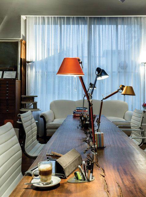 Para iluminar el escritorio, lámparas Tolomeo: tradicionalmente asociadas a los arquitectos por la practicidad de su difusor orientable para el trabajo sobre el tablero. En el estudio de la arquitecta Mónica Schuvaks. #DossierIluminación de Revista Living de 2015. Foto: Daniel Karp.