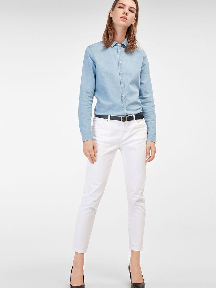 Pantaloni tip blugi albi, model cu cinci buzunare. Croială relaxed fit, talie medie, închidere cu nasture personalizat şi fermoar ascuns sub o fentă, şi găici pentru curea.