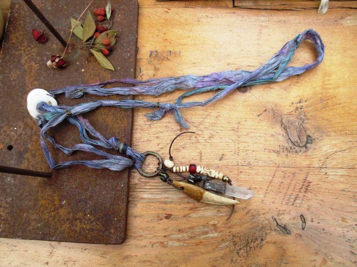 De Volages Ardeurs : un collier hippie tribal grigris en soie avec coquillages antiques Kwalia de Papouasie !!!!! par annemarietollet sur Etsy https://www.etsy.com/be-fr/listing/512750048/de-volages-ardeurs-un-collier-hippie